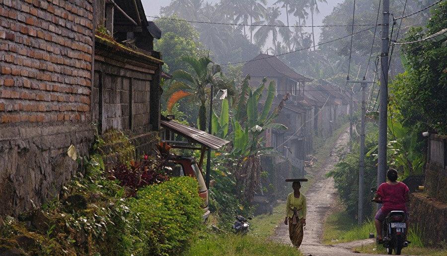 Bali'nin yaşanmışlığı bozulmamış toprak yolları.