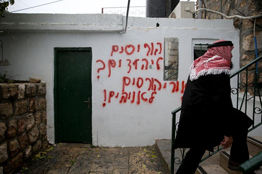 Yakılan caminin duvarlarına ırkçı ifadeler yazıldı.