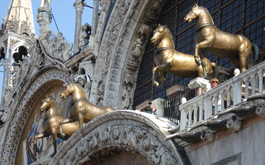 Bronzdan 4 at heykeli...