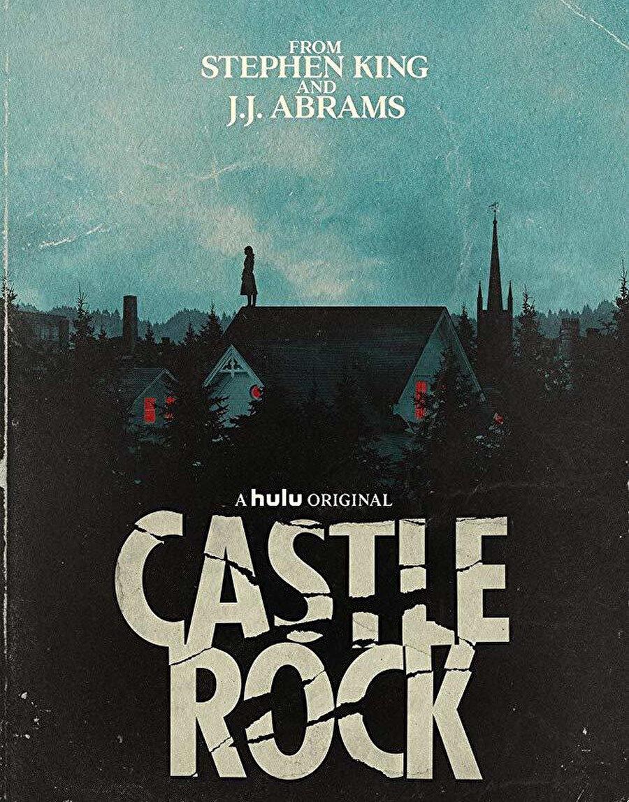 Castle Rock Dünyaca ünlü ABD'li yazar Stephen King ile yapımcı J. J. Abrams'ın Hulu TV için hazırladığı ortak proje olan Castle Rock, King'in Cujo, The Dark Half ve Needful Things gibi meşhur öykülerinin derlenmesi ve yarattığı mitolojik ve sevilen karakterlerin birleştirilmesinden oluşan fantastik bir drama. King'in eserlerinde yarattığı Maine kasabasında bulunan ormanlık alanda geçen karanlık ve epik bir hikâyeden oluşan 10 bölümlük mini dizi, başta Esaretin Bedeli olmak üzere bazı kült filmlere de atıflarda bulunan hikâye yapısıyla da dikkat çekiyor.