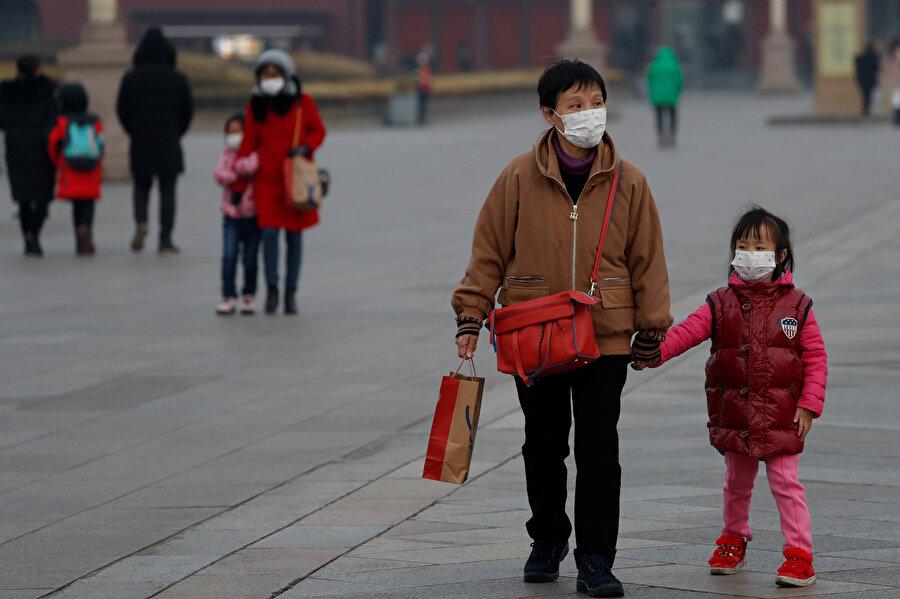 Virüsten korunmaya çalışan Çinliler böyle görüntülendi.