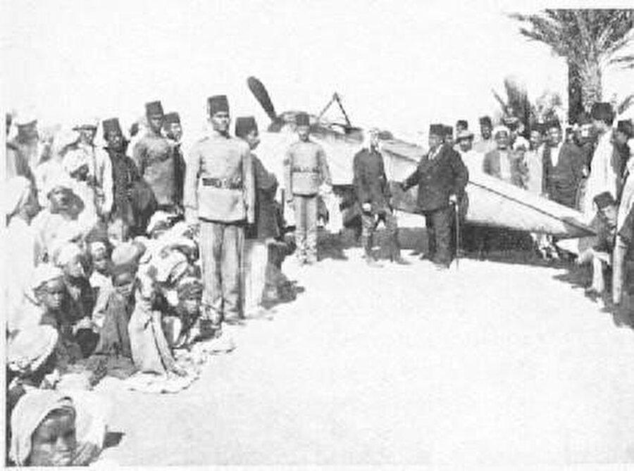 Pilot Daucort'ın uçağı Mısır'da mola verirken.