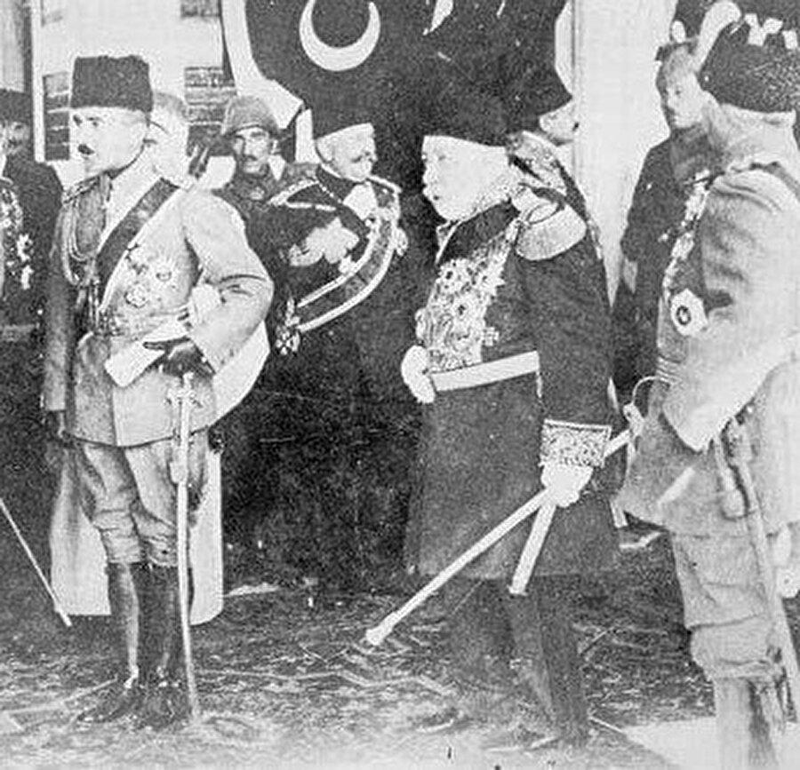 Enver Paşa, (solda) Sultan Reşat'la birlikte yabancı konukları karşılarken görülüyor.