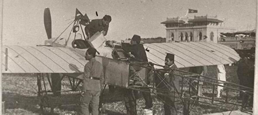 Türk tayyareciler Salim ve Kemal Beyler, bir gün içinde Edremit tayyaresini uçuşa hazır hale getirdiler.