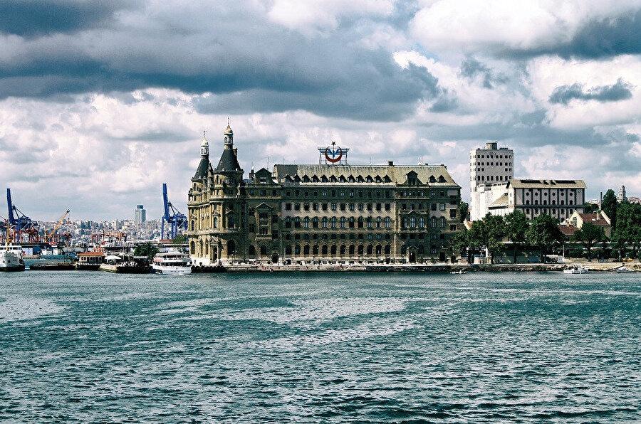 Dolambaçlı sokaklarındaki rengarenk sokak sanatlarıyla süslü binalarda indie butikler, popüler kafeler ve Anadolu restoranları bulunur. Moda semti kıyılarından Marmara Denizi ve Sultanahmet manzarası görünür.