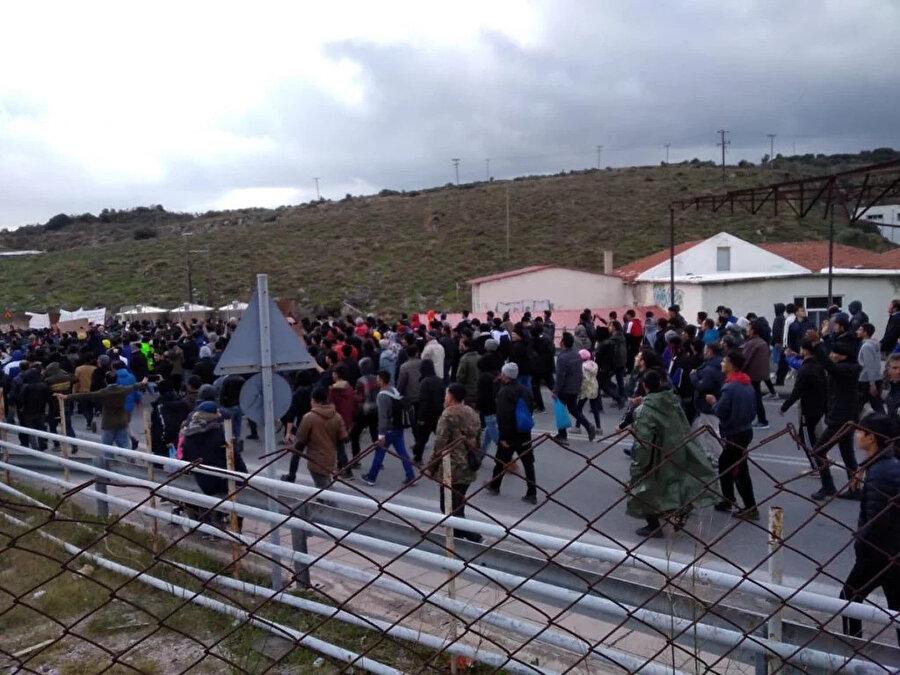 Moria Kampı'nda tutulan 2.000 göçmen, kamplardaki koşulları protesto etmek için Midilli'ye yürüdü.