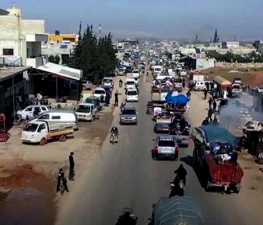 İdlib halkı, saldırılardan kaçmak için Türkiye sınırına göç ediyor.