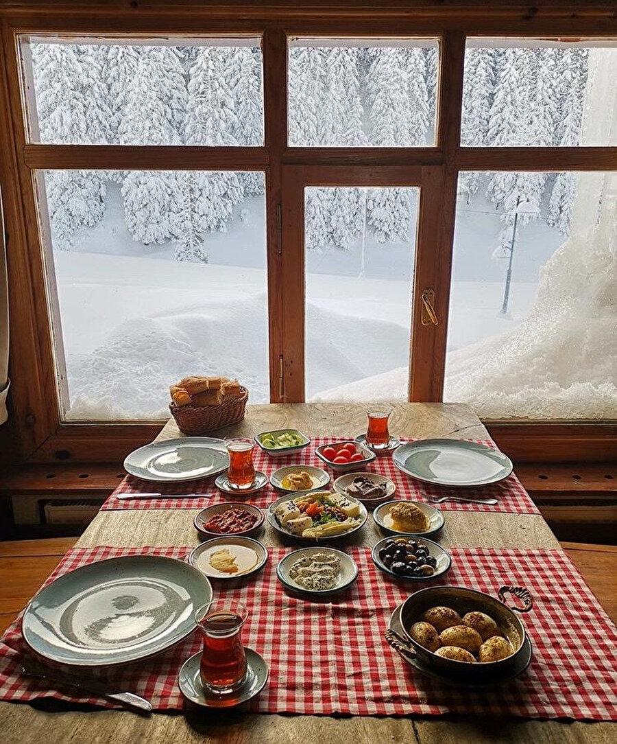 Kartpostalı andıran manzarasıyla kahvaltı keyfi Birun Dağ Evinde yapılır.