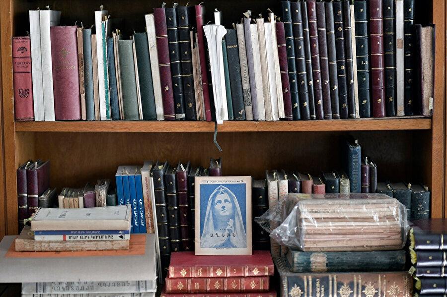 """Belirli kitapların yahut belgelerin satılmadığına, """"Falan kişi gelecek, onu mutlaka o görsün"""" dendiğine çok kez şahit olmuşumdur."""