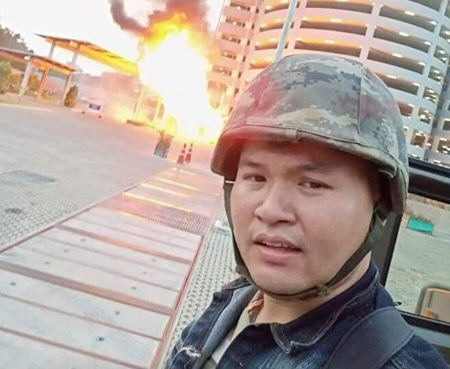 Taylandlı asker Jakrapanth Thomma, saldırıyı gerçekleştirdikten sonra selfi çekti