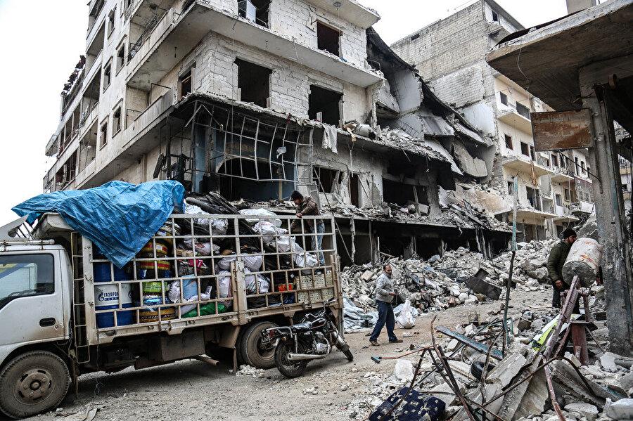 Rusya'nın hava saldırıları ve rejim operasyonları sonrası güvenli bölgelere doğru yola çıkan İdlibliler.