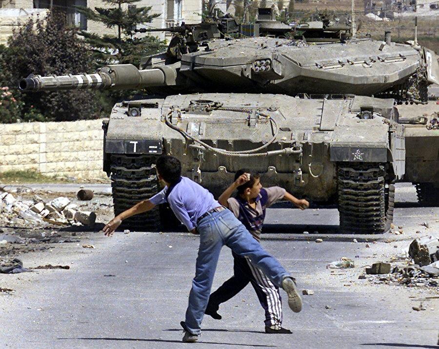 Filistinli çocukların İsrail tanklarını taşladıkları bilinen bir gerçek...