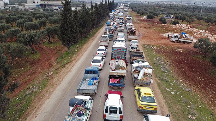 Rusya'nın ve rejim güçlerinin saldırılarından kaçan İdlibliler Türkiye sınırındaki bölgelere göç ediyor.