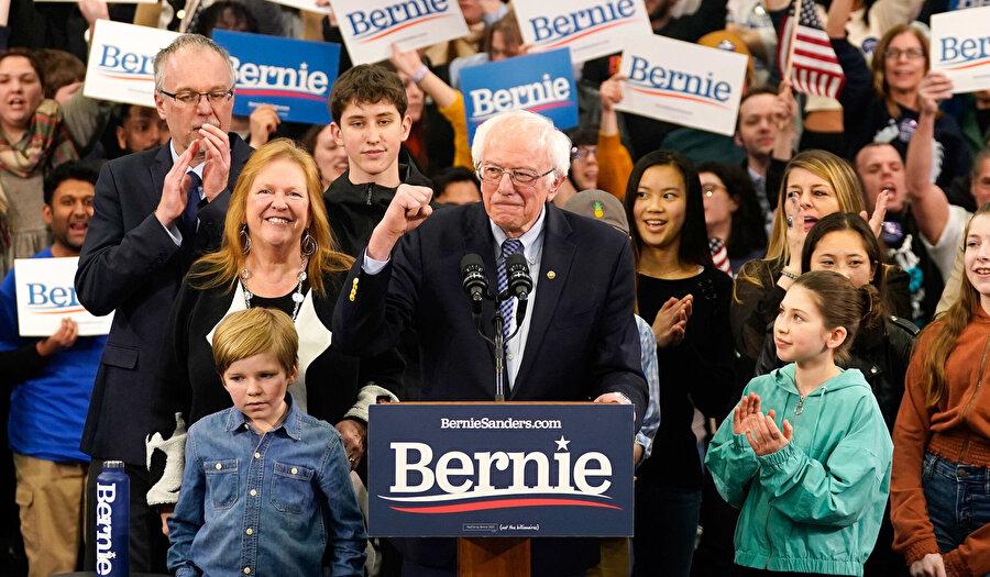 Vermont Senatörü Bernie Sanders New Hampshire ön seçimlerinde iddialı bir zafer konışması yaptı