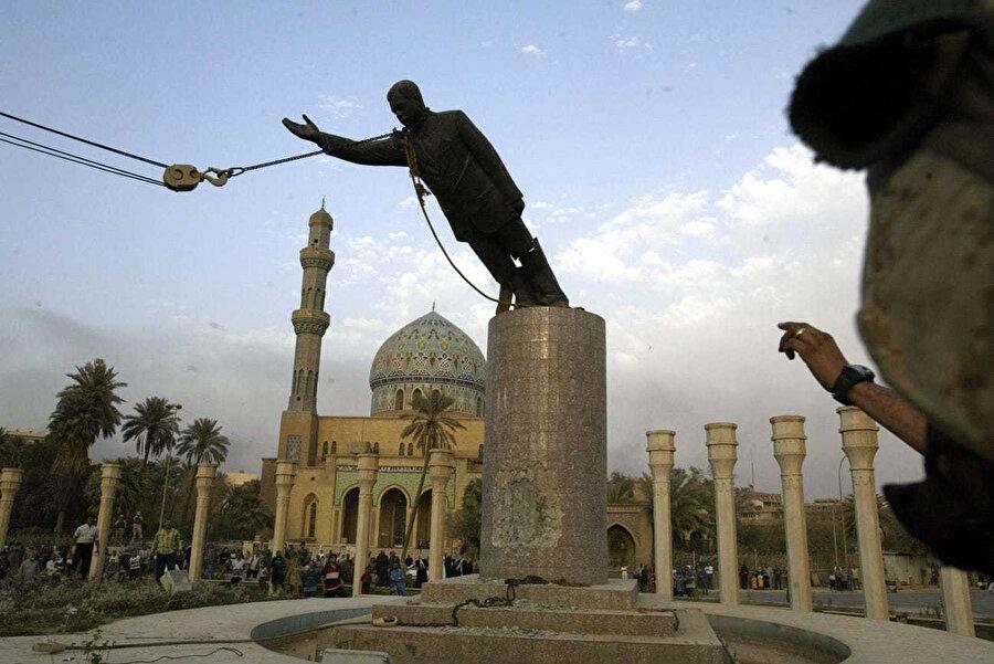 Saddam Hüseyin heykelinin yıkılışı.