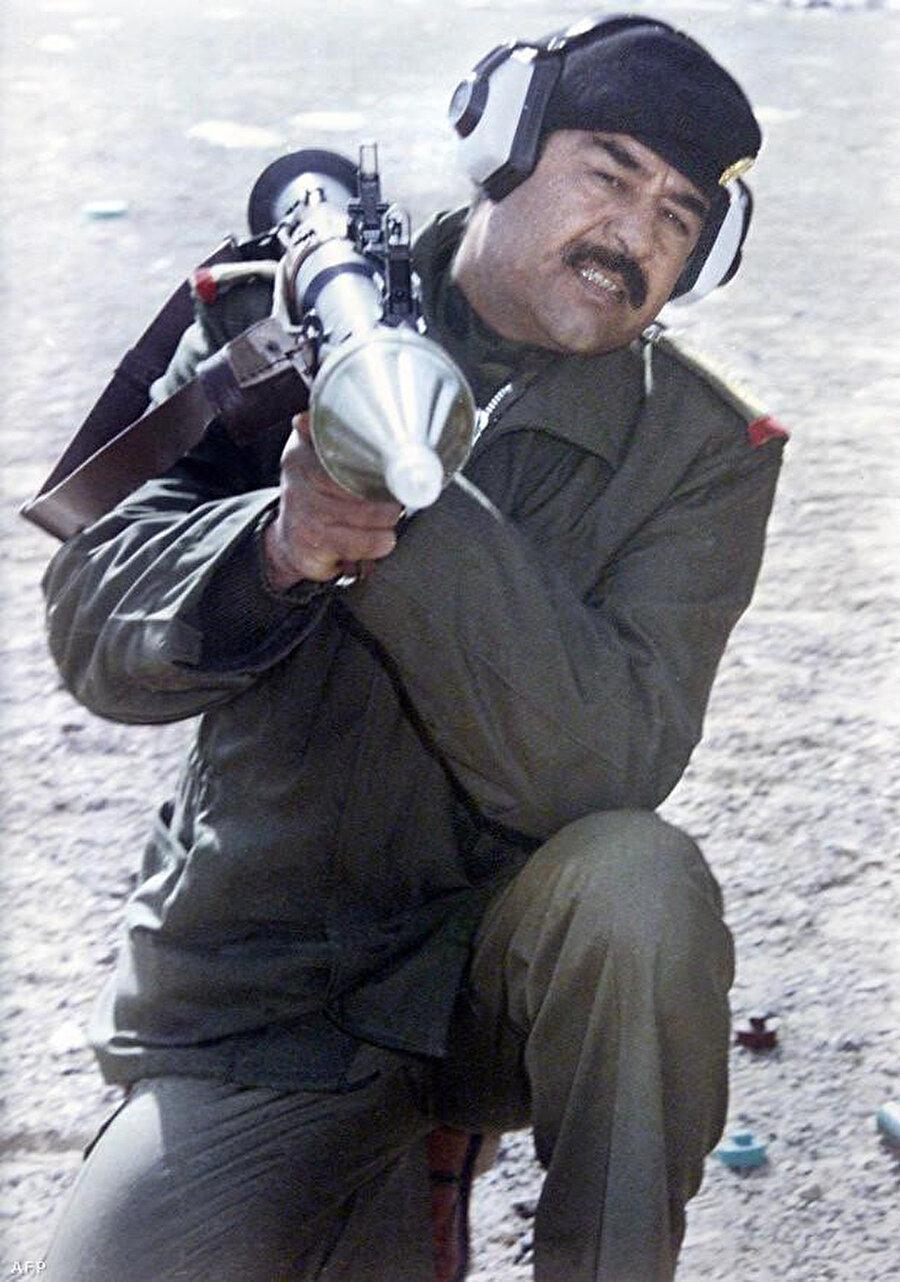 Saddam Hüseyin, İran-Irak savaşı sırasında roket fırlatırken görülüyor.