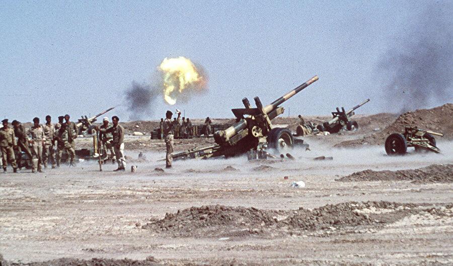 Irak güçlerinin, İran'ın Hürremşehr kentine roketatarlı saldırısı. Ekim, 1980.