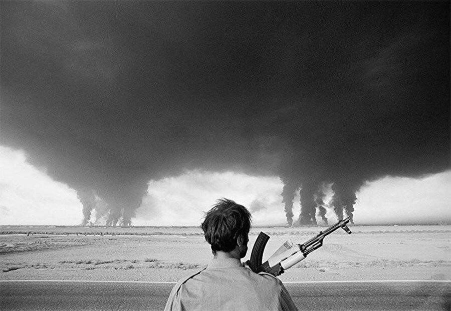 Irak askeri, sınırın yakınında bulunan İran Abadan rafinerisinin yanışını izliyor.