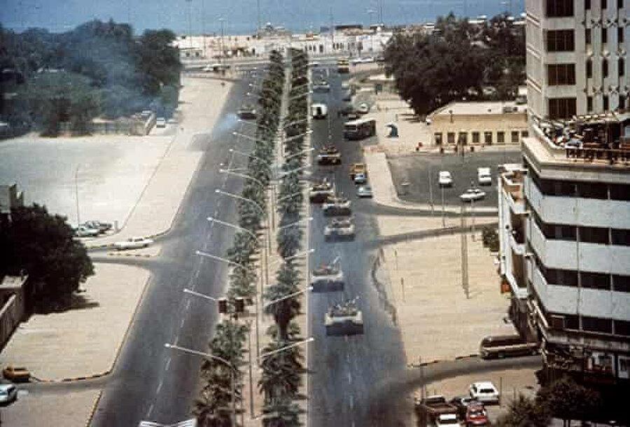 Irak tankları Kuveyt'te.