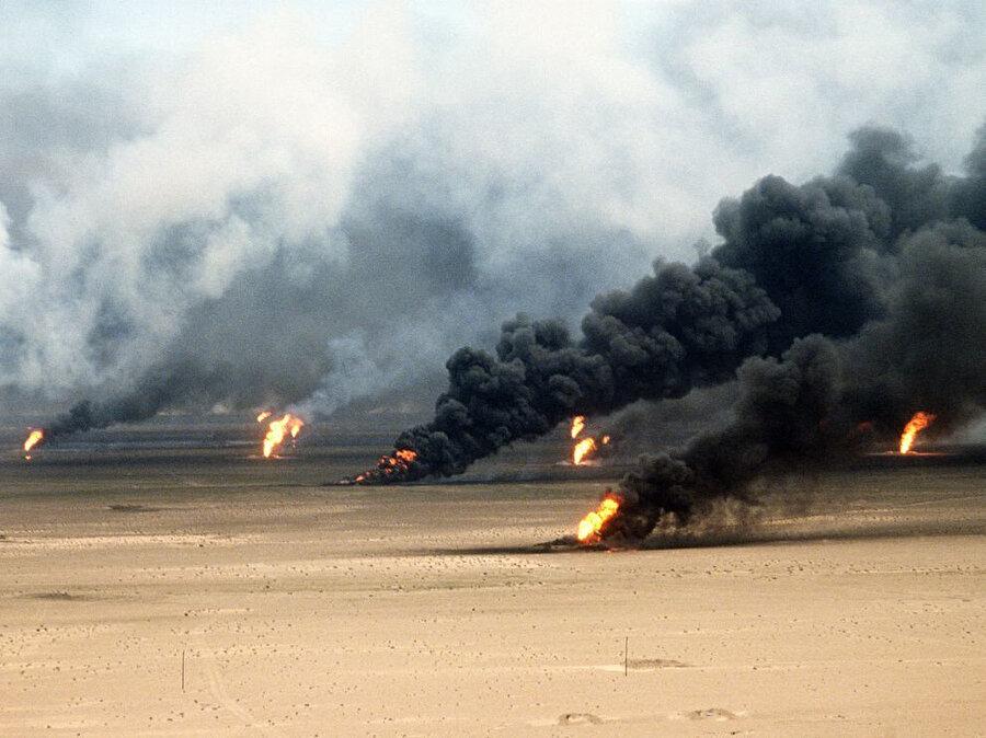 Irak tarafından ateşe verilen İran petrol kuyuları.