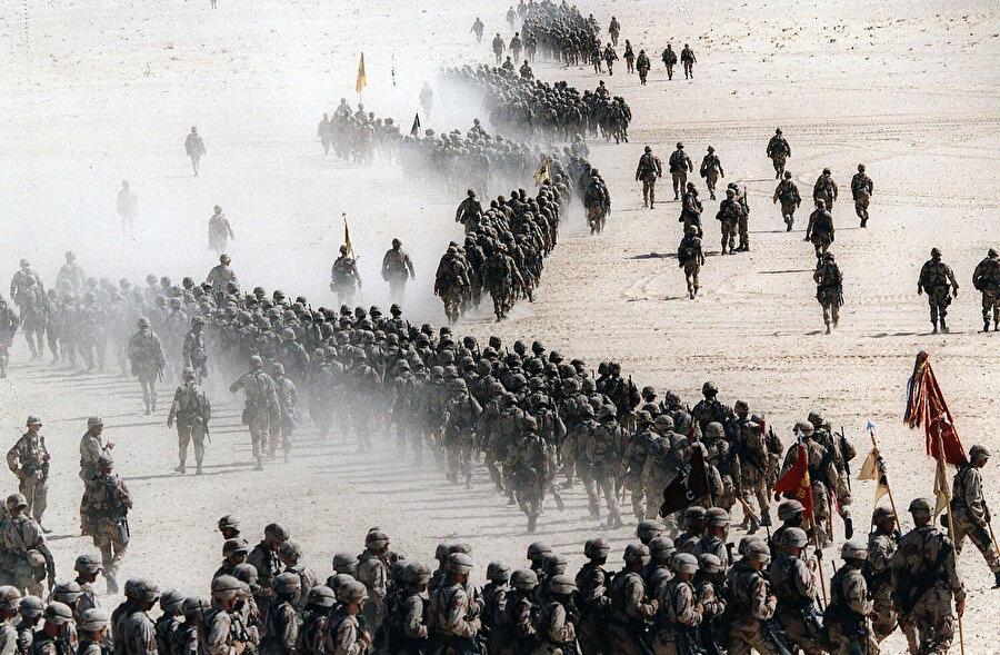 Suudi Arabistan çöllerine konuşlandırılan Amerikan askerleri, 1990.