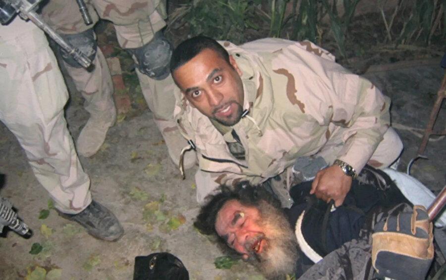 Saddam Hüseyin'in Tikrit'te saklandığı yerden çıkarıldıktan hemen sonra çekilen fotoğrafı.