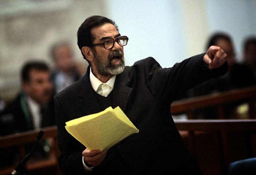 Saddam Hüseyin, mahkemede savunmasını yaparken.