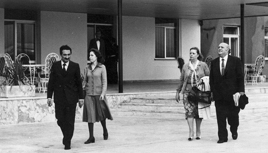 12 Eylül askeri darbesi sonrası gözaltına alınarak Etimesgut Havaalanı'na getirilen dönemin CHP Genel Başkanı Bülent Ecevit ve eşi Rahşan Ecevit ile dönemin Başbakanı Süleyman Demirel ve eşi Nazmiye Demirel.