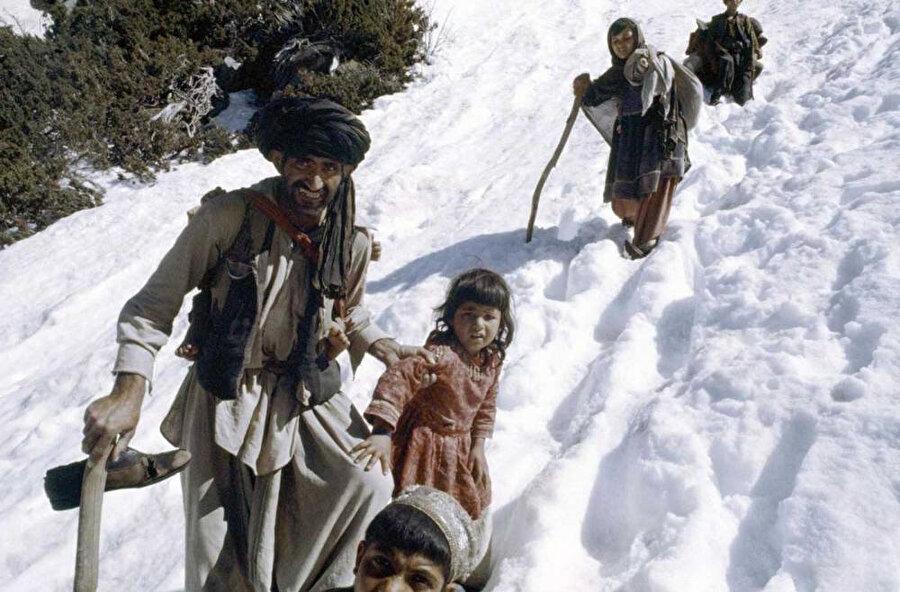 Savaştan kaçan siviller Pakistan'ın Peşaver şehri yakınlarında, Mayıs 1980