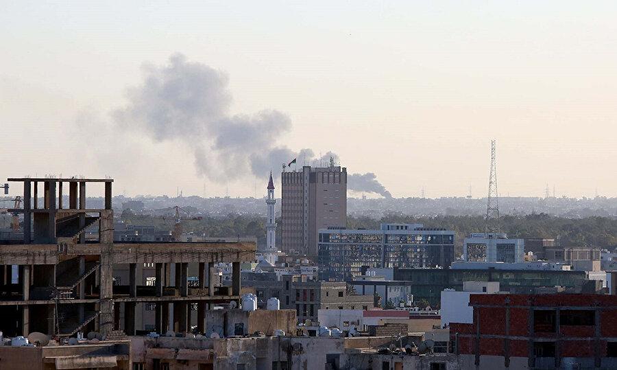 General Halife Hafter ile Ulusal Mutabakat hükumetine bağlı güçler arasında yaşanan çatışmalar sebebiyle Trablus semalarında dumanlar yükseliyor. ( 17 Şubat 2020)