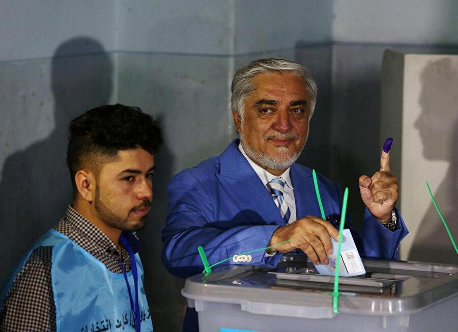 Cumhurbaşkanı adaylarından Abdullah Abdullah, oyunu kullanırken.