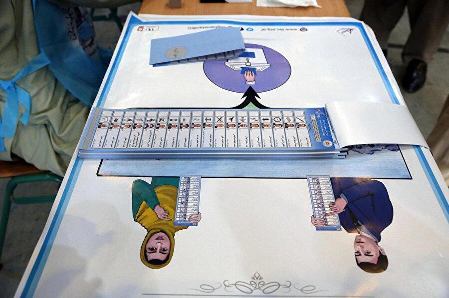 Afganistan'ın başkenti Kabil'deki başkanlık sarayının yakınında bir seçim merkezindeki oy pusulası.