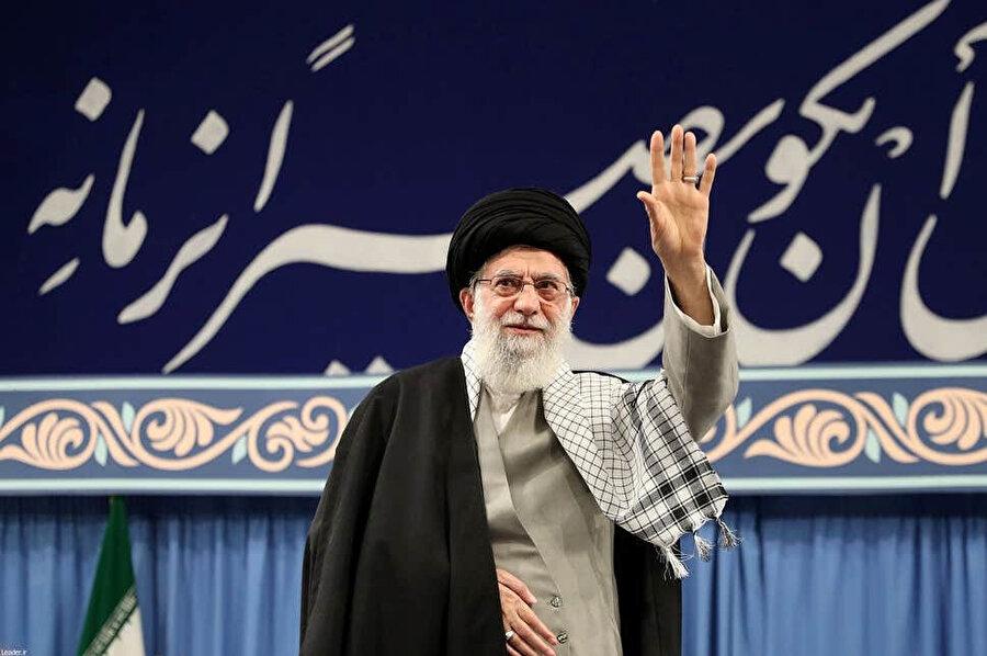 İran'ın dini lideri Ayetullah Ali Hamaney halkı selamlıyor.