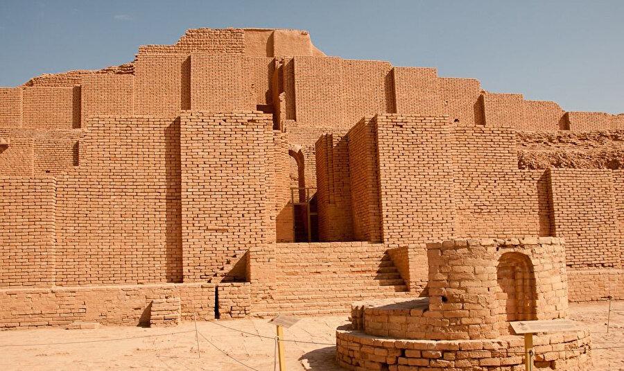 İran'ın 1925'te ele geçirdiği Irak'ın Ahvaz kentindeki Elam dönemine ait Zikkurat Tapınağı'nın kalıntısı.