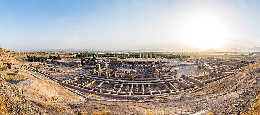 Ahameniler'den günümüze kalan Antik Pers kenti Persepolis'in kalıntıları.