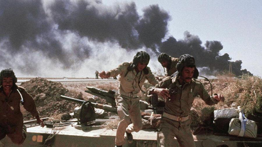 1980'den 1988 yılına kadar devam eden İran-Irak Savaşı sırasındaki İran'ın hava saldırısına maruz kalan Irak askerleri.