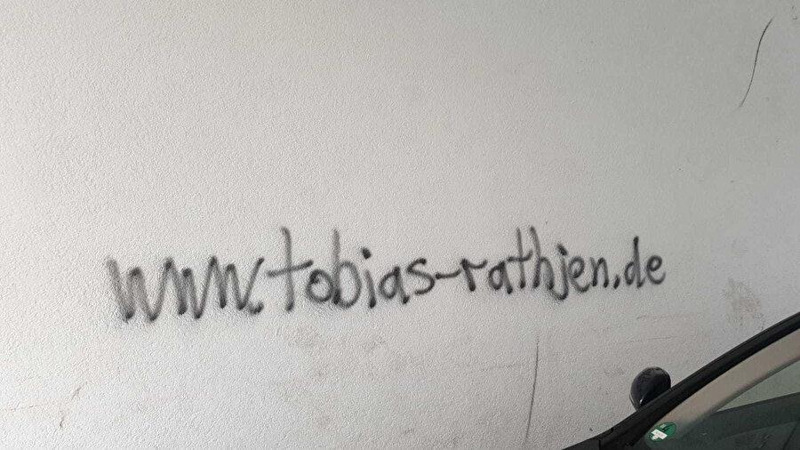 Terörist Tobias Rathjen'in saldırı öncesi bölgede bir duvara web sitesinin ismini yazdığı ortaya çıktı