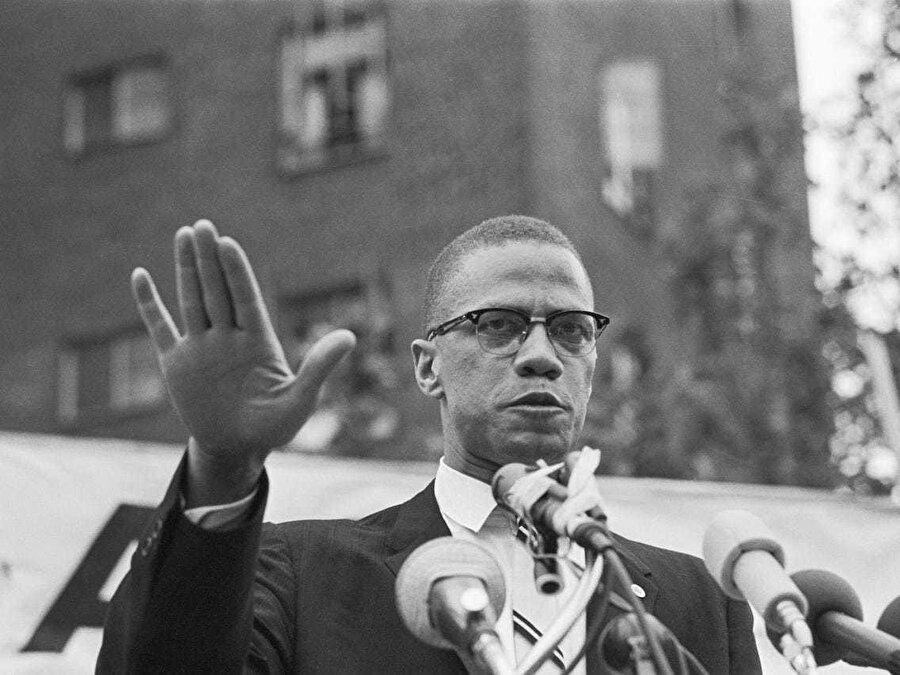 Malcolm X, 1963'te Harlem'de bir mitingde konuşma yapıyor.