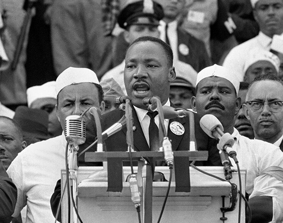 """Martin Luther King, """"I have a dream"""" """"Bir hayalim var"""" konuşması sırasında kalabalığa hitap ediyor."""