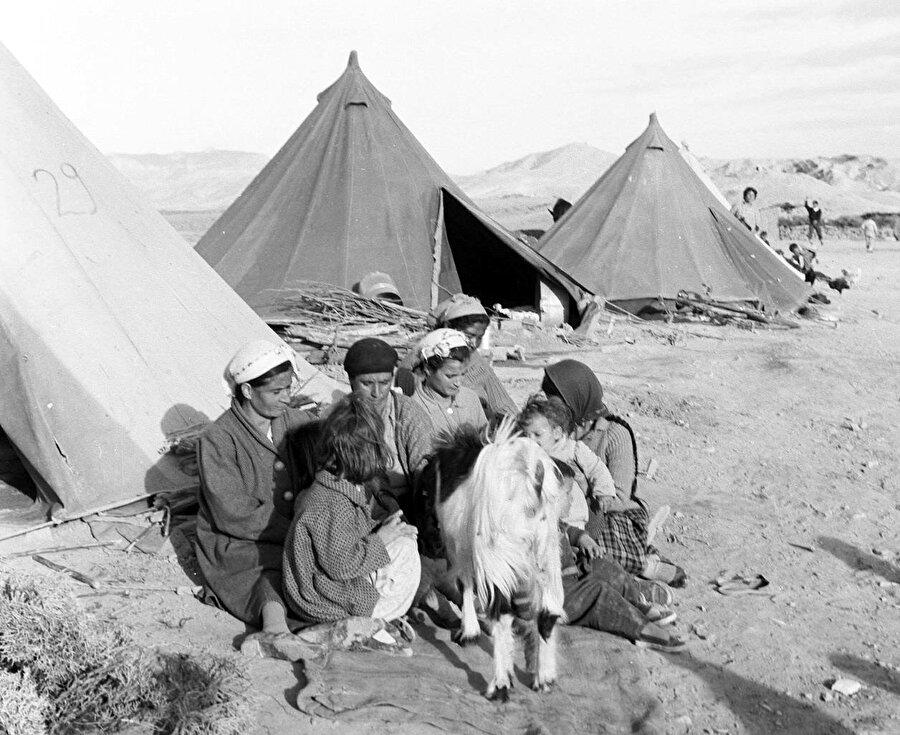 Göçe zorlanan Türklerin kaldığı Kızılay çadırları. (1963)