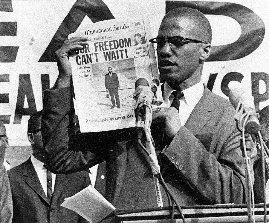 """Malcolm X, """"Muhammet Konuşuyor"""" (Muhammet Speaks) dergisiyle,1960'lar."""