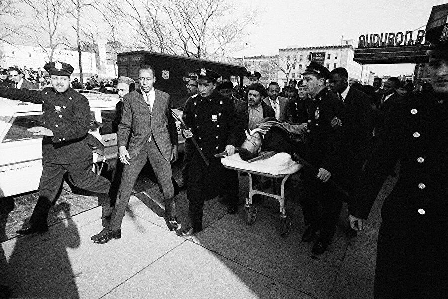 Malcolm X, uğradığı suikast sonucu hastaneye götürülürken.