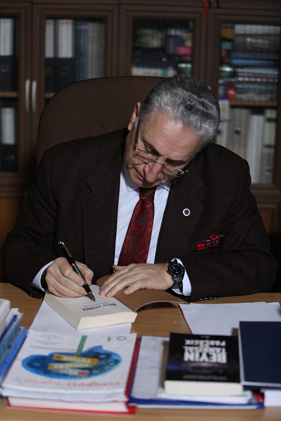 Birçok bilimsel makaleye ve kitaba imzasını atan İsmail Hakkı Aydın çalışmalarına tüm hızıyla devam ediyor.