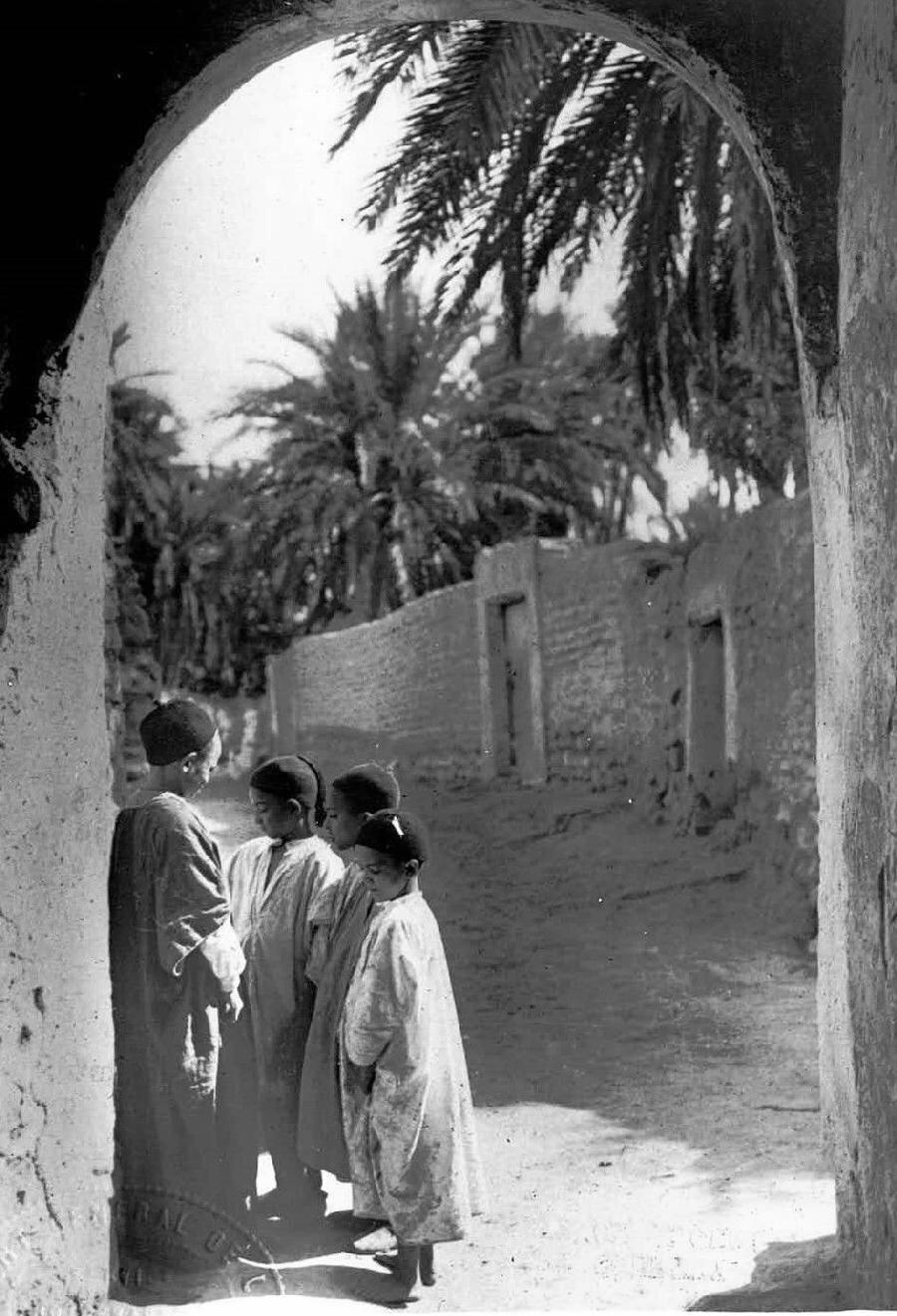 1920 baskılı bu fotoğrafta Cezayirli öğrenciler görülüyor. O dönemde Fransız ve Cezayirli öğrenciler farklı okullarda eğitim görüyordu.