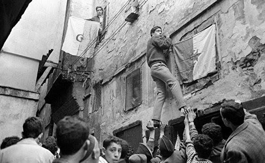 1 Kasım 1954'te Cezayir Ulusal Kurtuluş Cephesi'nin başlattığı ayaklanma Cezayir Bağımsızlık Savaşı'nın dönüm noktası oldu.