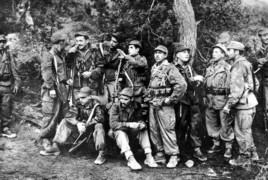 1954-1962 yılları arasındaki Cezayir Bağımsızlık Savaşı'nda Cezayir Ulusal Kurtuluş Cephesi askerleri.