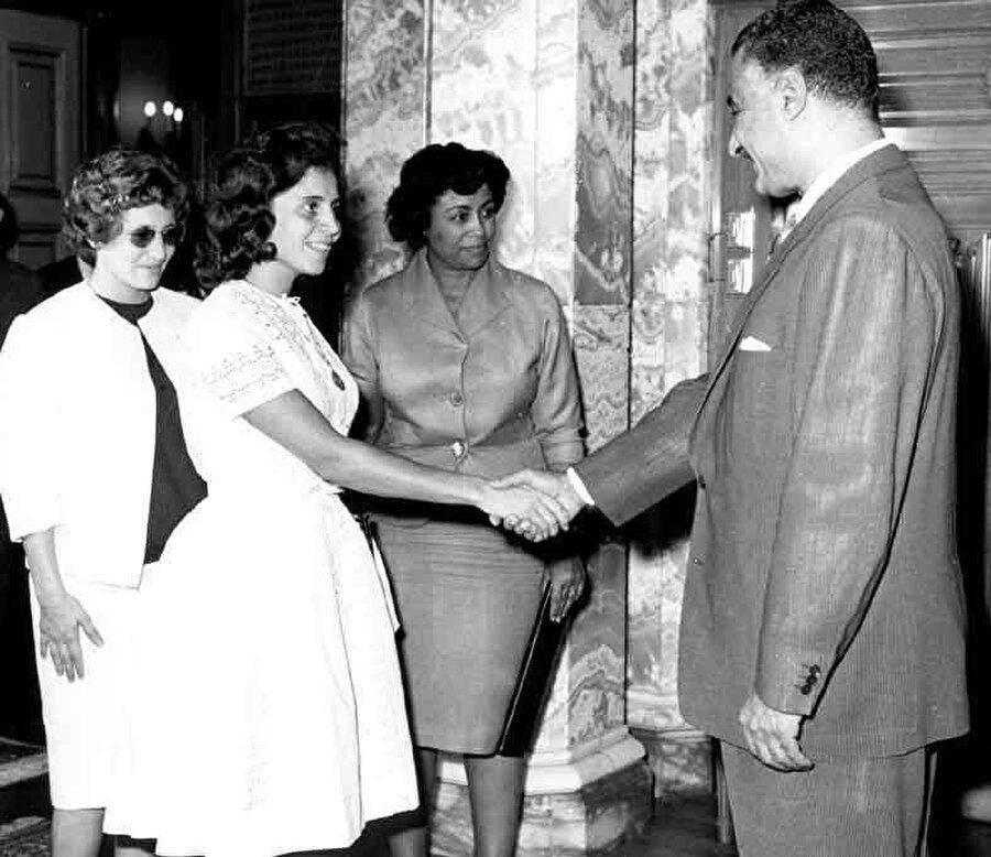 Cezayir Ulusal Kurtuluş Cephesi'nden Cemile Buhayrad ve Zehra Drif'in Mısır Devlet Başkanı Cemal Abdünnasır ile görüşmesi.