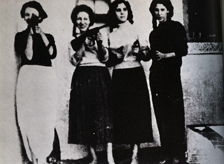 Cemile Buhayrad, (sağdan ikinci) Cezayir Bağımsızlık Savaşı'nın kadın savaşçıları ile birlikte.