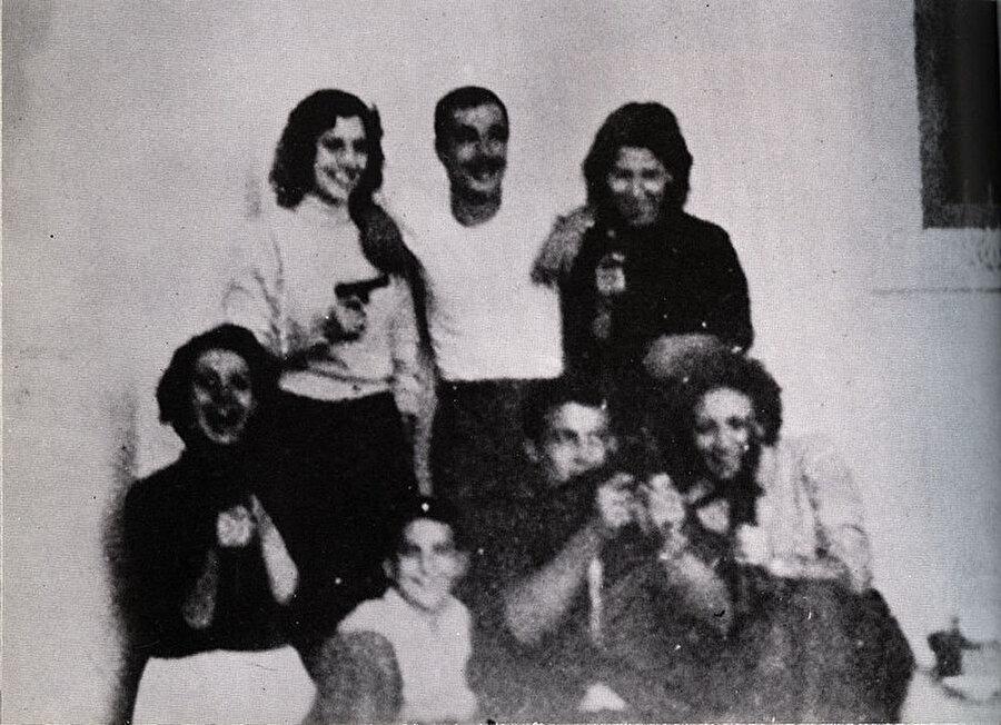 Cemile Buhayrad, (en solda) hemen yanında Yusuf el Saadi.