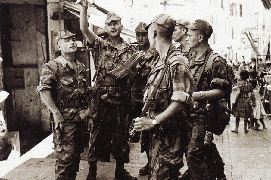 Cezayir'deki Fransız askerleri.